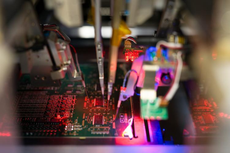 Pruebas eléctricas en tarjeta electrónica