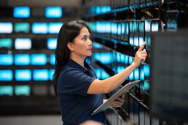 """""""Rack room"""" : salle où les rangées d'écrans sont configurées pour tester et évaluer le système RAVE avant livraison à la compagnie aérienne"""