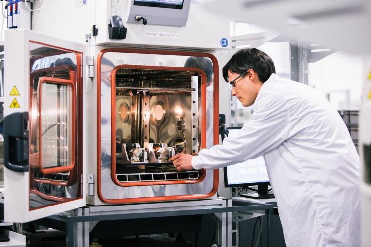 气候室内HRG晶体惯性传感器块校准