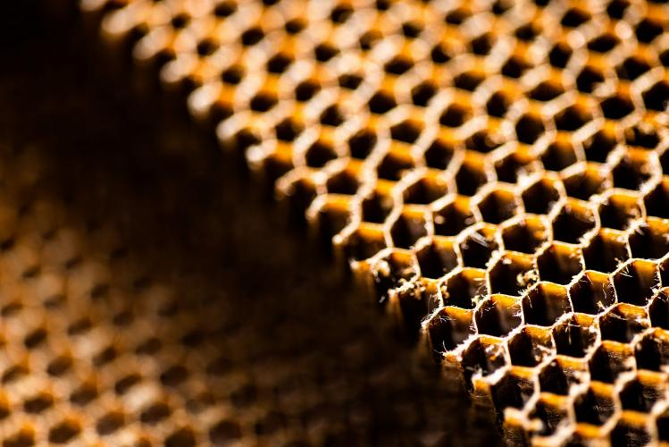 Structure composite en nid d'abeilles pour équipements de cabine
