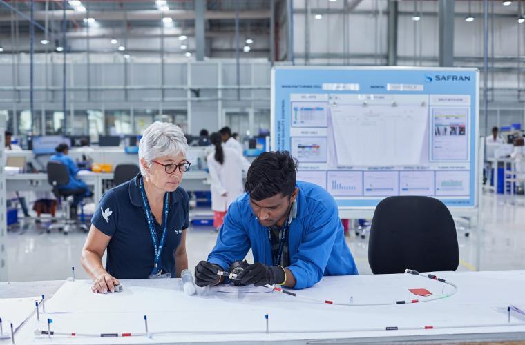 Inspection des harnais sur la ligne de production Rafale de l'usine Safran à Hyderabad, en Inde