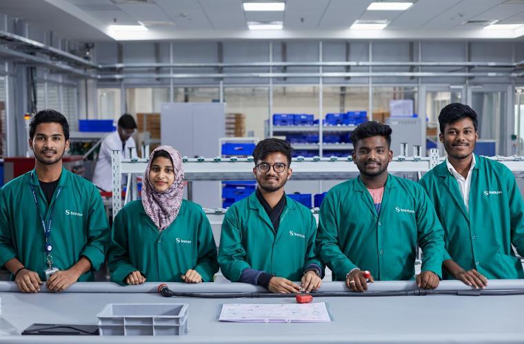 Inspection finale des harnais dans l'usine Safran à Hyderabad, en Inde
