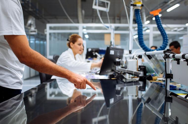 Atelier câblage sur table tactile