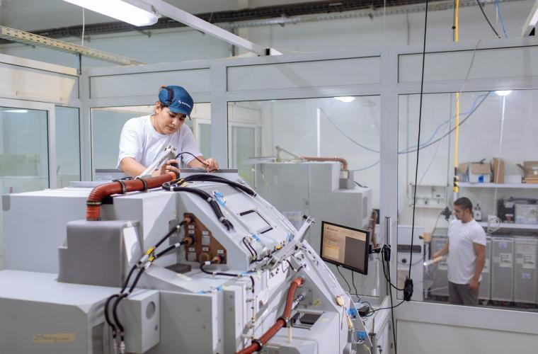 Tests électriques et d'étanchéité sur les produits finis : galleys, équipements de cuisine embarquée cabines et conteneurs de déchets