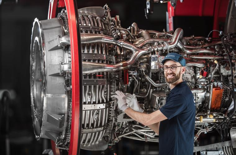 Portrait d'un collaborateur devant le moteur LEAP