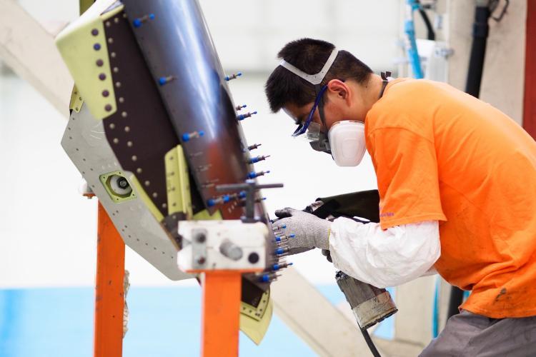 Technicien effectuant l'assemblage des portes d'un inverseur de poussée de l'A320.