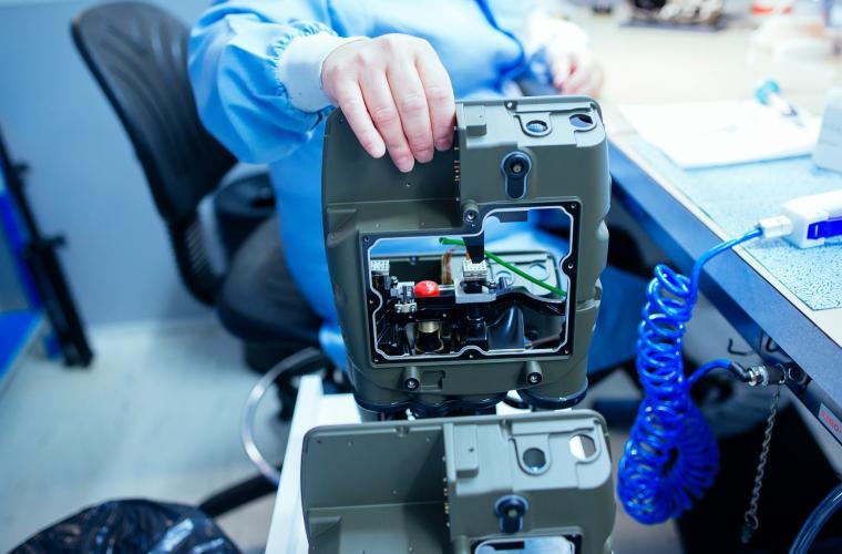 Gluing station and integration of lenses JIM LR