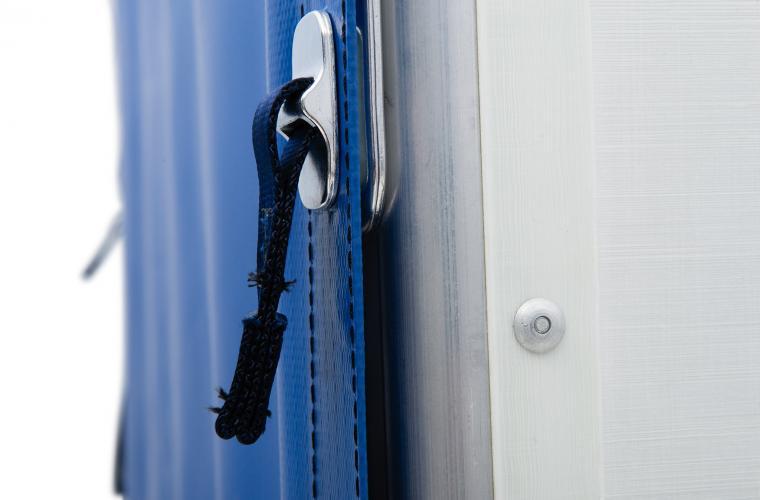 Attache d'une porte de conteneur SEN