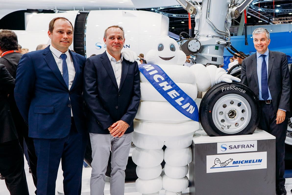Safran Landing Systems and Michelin on the booth for the announcement of the PresSense tire