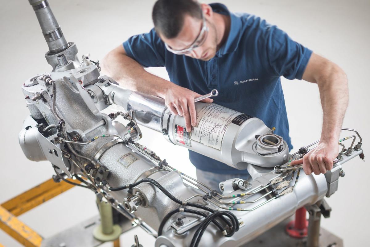 Revision of a main landing gear (ATR72)