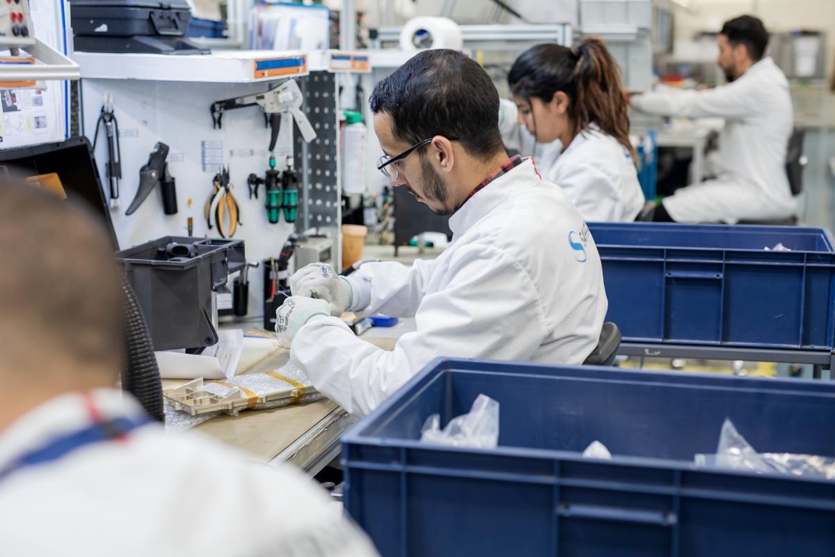 Depuis 2015, Safran Electronics & Defense Morocco produit, à la technopole de Nouaceur, des équipements électromécaniques pour les constructeurs aéronautiques (Airbus, Boeing, Honeywell, Agusta…). La société propose des actionneurs, des calculateurs avioniques, des systèmes de mesure et des machines tournantes.