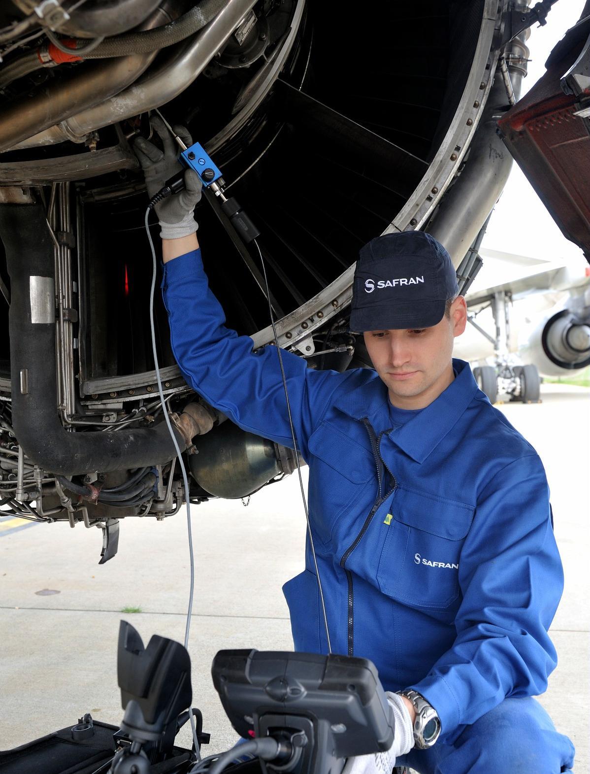 Tarmac Aerosave,maintenance on wing